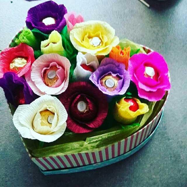 Slatki buketi- Cvetni aranžman - bombonjere u obliku srca
